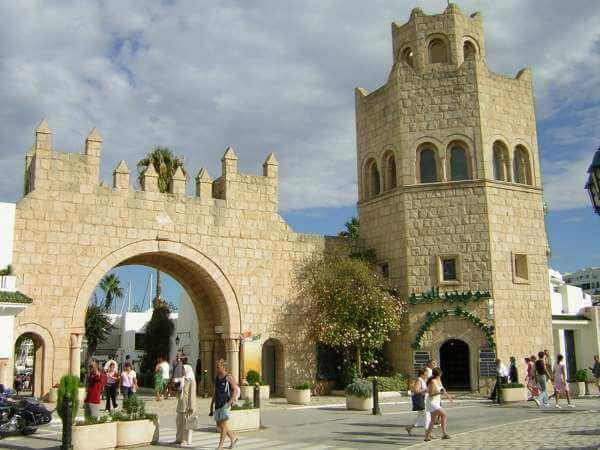 Le Port El Kantaoui, destination touristique populaire en Tunisie, au nord de Sousse